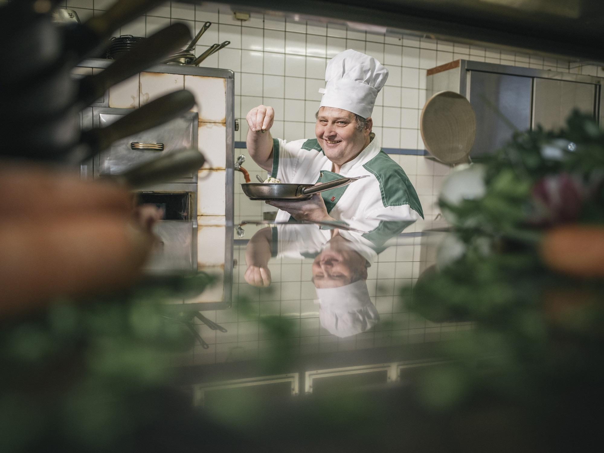 Christoph bereitet aus regionalen Produkten ein köstliches Gericht.