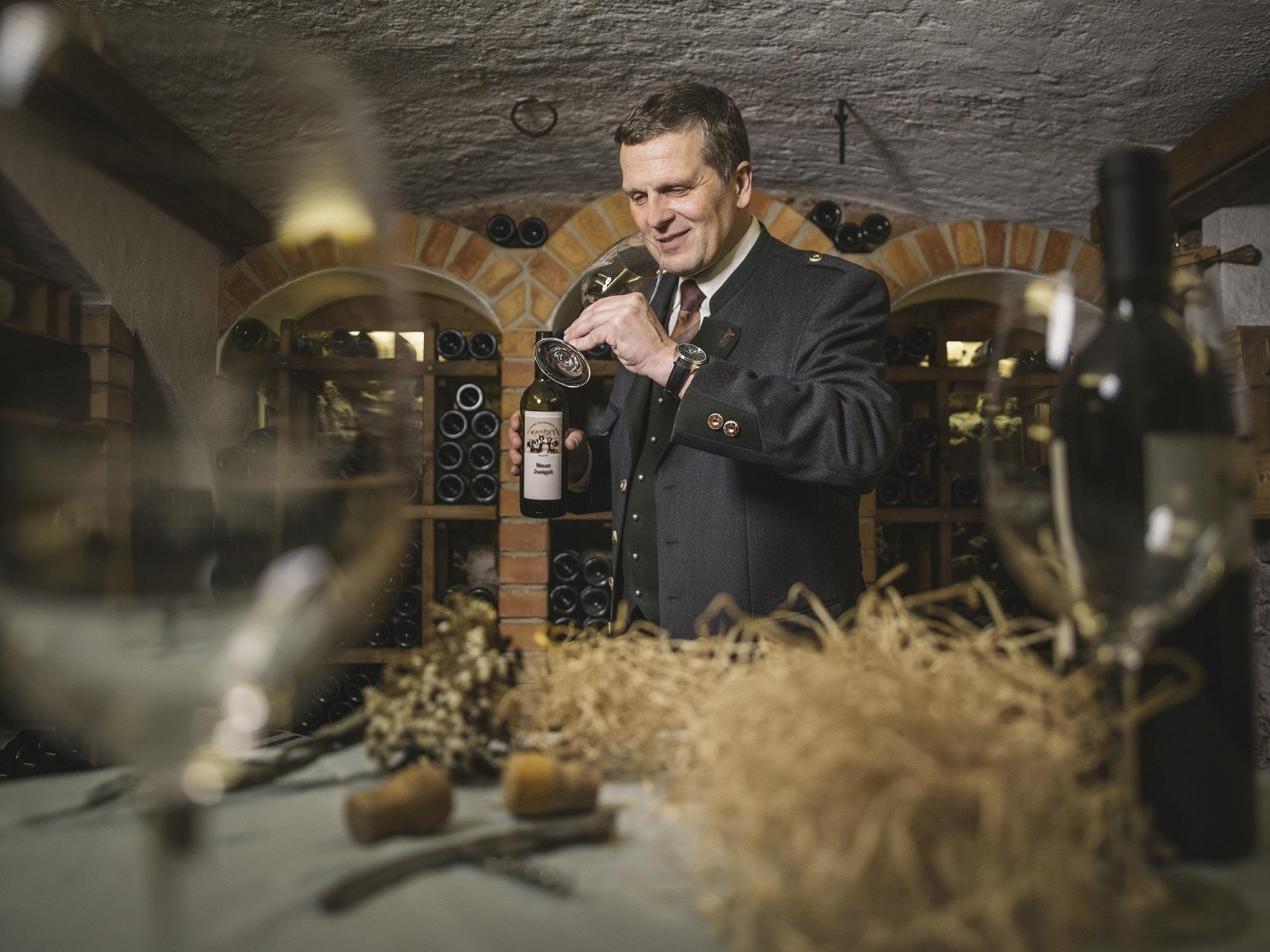 Klemens Pirafelner verkostet den Gesäuse-Wein im Weinkeller.