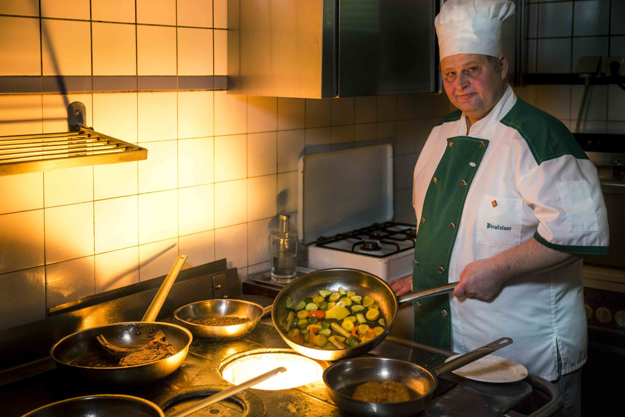 Der Küchenchef verarbeitet die regionalen Produkte zu köstlichen Speisen.