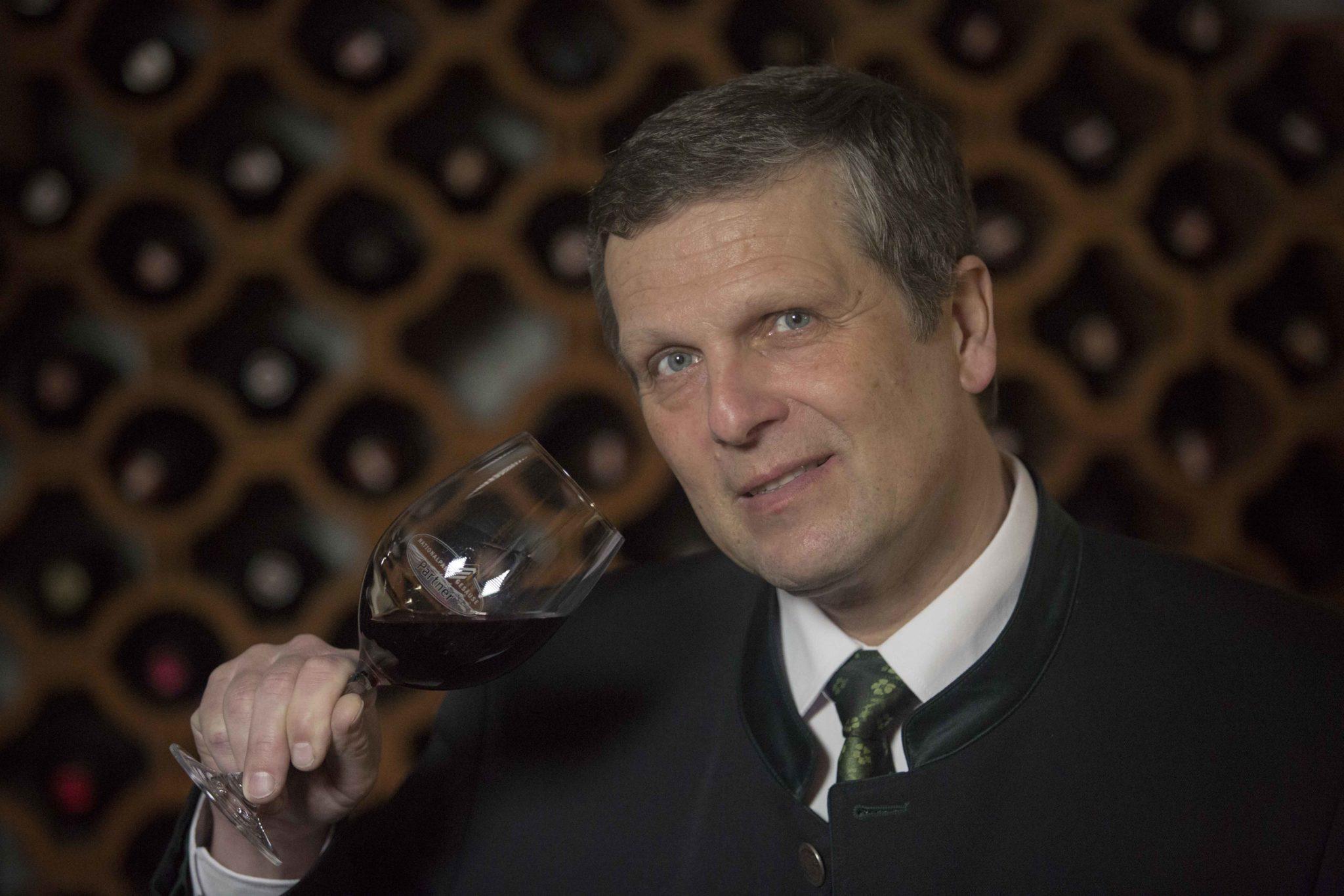 Klemens Pirafelner ist für die Auswahl der verschiedenen Weine verantwortlich.