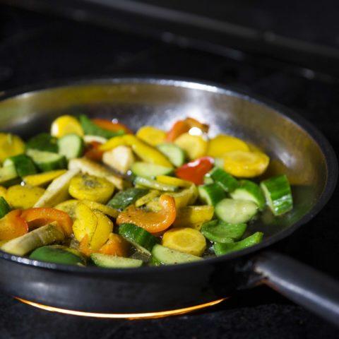 Frisches Saisongemüse wird kurz in der Pfanne angeröstet.